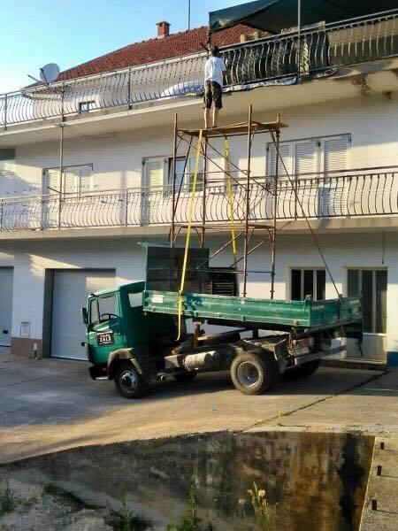 Ovako se u Imotskom boja ograda: čovik ima kamion, prika donio skelu i ajmo! Je li vama jasno zašto se svi čude ovoj genijalnoj ideji?!