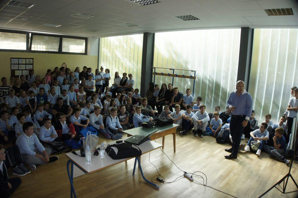 Predavanje o skoliozi u školi u Zmijavcima