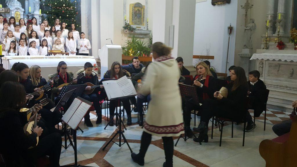 Puna crkva na koncertu mandolinista i dječjega zbora