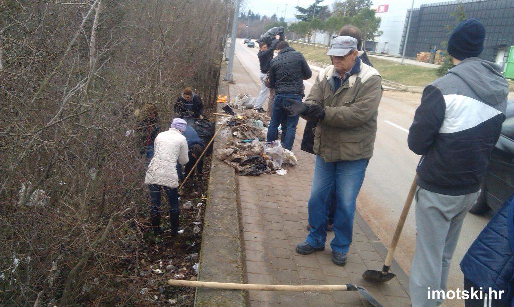 Komunalci uređuju okoliš u gradu i gradskim naseljima