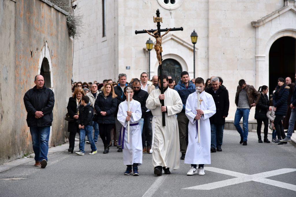 VOZAČI, OPREZ! Tradicionalne procesije na Veliki petak