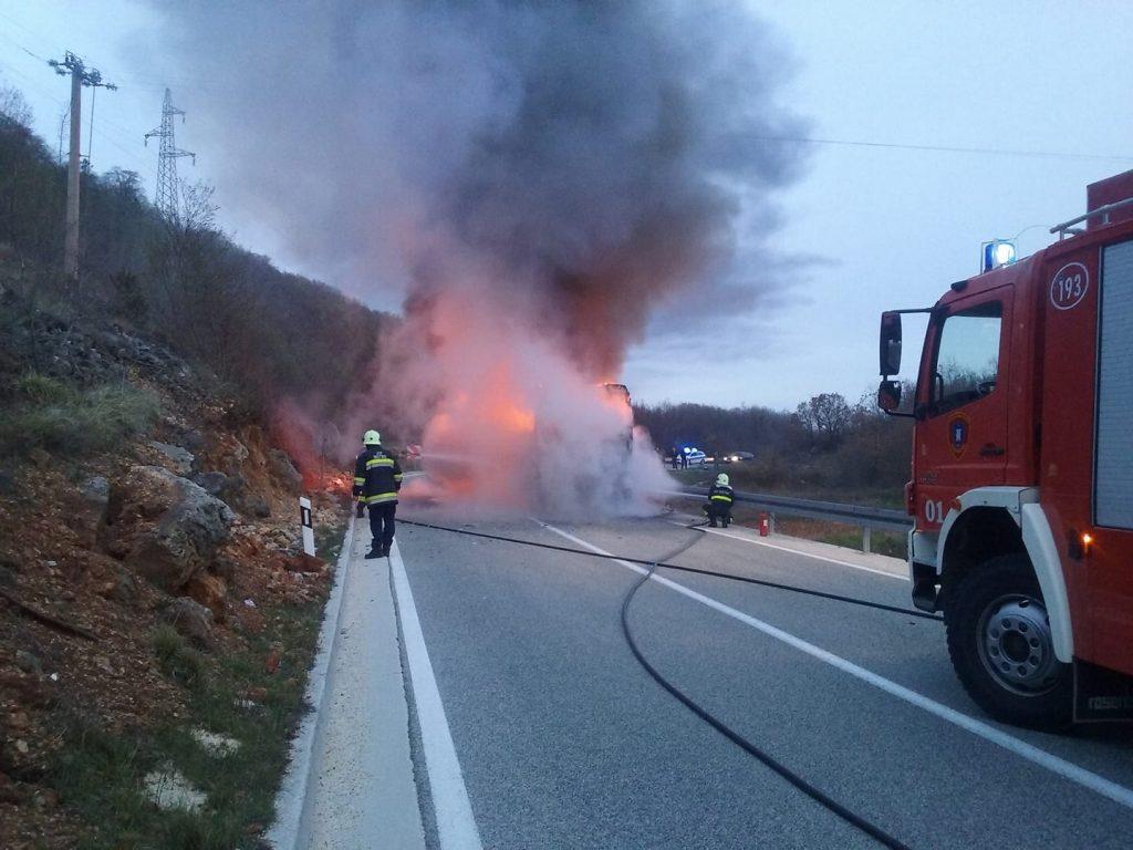 KLJENOVAC: Na prometnici se zapalio autobus (FOTO)