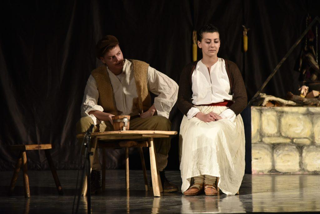 """FOTO: U Gradskom kinu održana predstava """"Ognjište"""" autora Mile Budaka"""