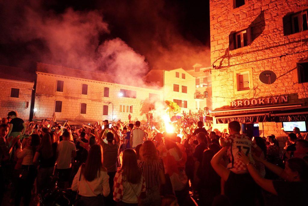 Tisuće Imoćana na ulicama Grada slavilo pobjedu Hrvatske nad Engleskom