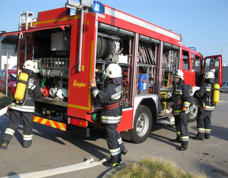 Požar na auto-otpadu u Lovreću