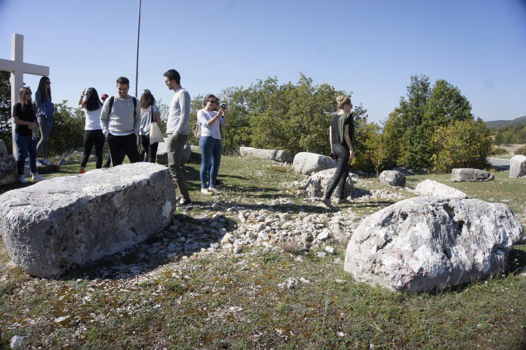 Studenti iz Zagreba u razgledavanju stećaka