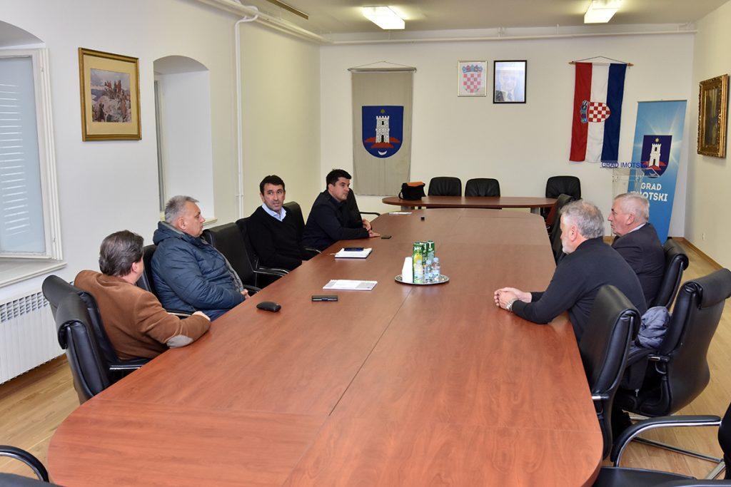 Sastanak gradonačelnika Budalića s ravnateljima imotskih srednjih škola i pročelnikom Đonlićem iz Splitsko-dalmatinske županije