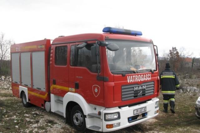 Planuo automobil ispred kuće u Imotskom, požar ugasili vatrogasci