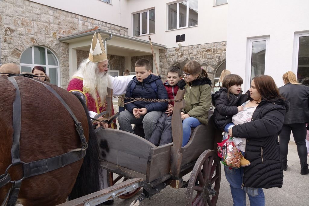 """Sveti Nikola posjetio djecu odijela """"Slava Raškaj"""" na Kamnemostu"""