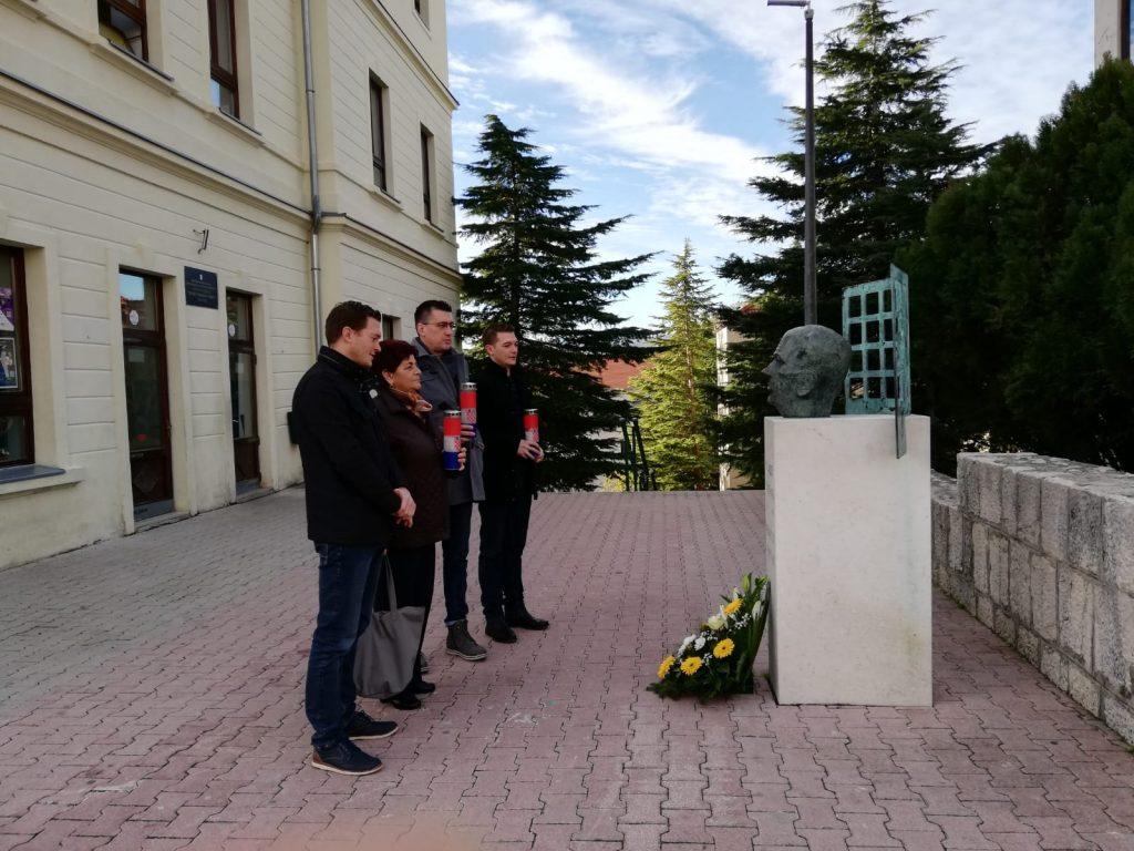 """Vodstvo Udruge """"Vlado Gotovac"""" položilo cvijeće kod spomenika Vladi Gotovcu"""
