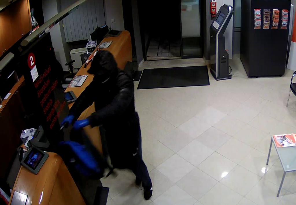 Prepoznajete li ih? Policija objavila fotografije pljačkaša banke iz Imotskog