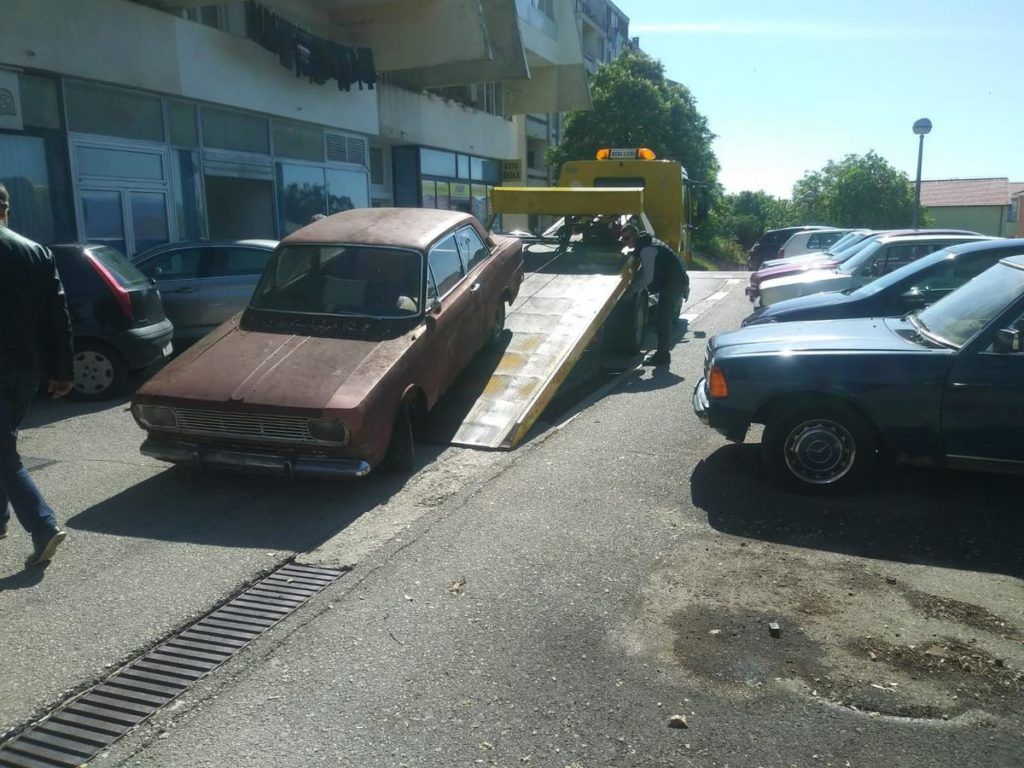 Komunalci uklanjaju stare i napuštene automobile