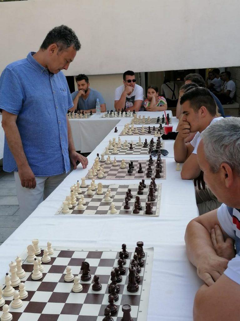 Šahovska simultanka velemajstora Ivana Žaje