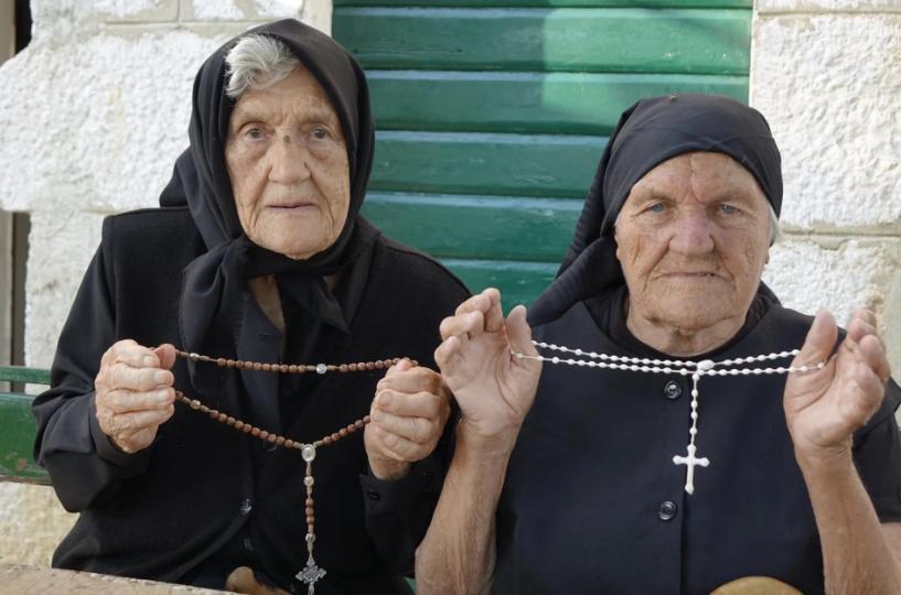 Iako žive u istom selu, dvije stogodišnjakinje iz Imotske krajine srele su se nakon trideset godina
