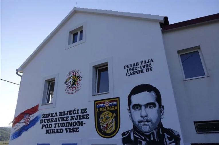 U Aržanu otkriven veliki mural u čast junaku Domovinskog rata; Evo čime je Petar Žaja, pripadnik legendarnih Tigrova, zauvijek zadužio svoj kraj i cijelu Hrvatsku
