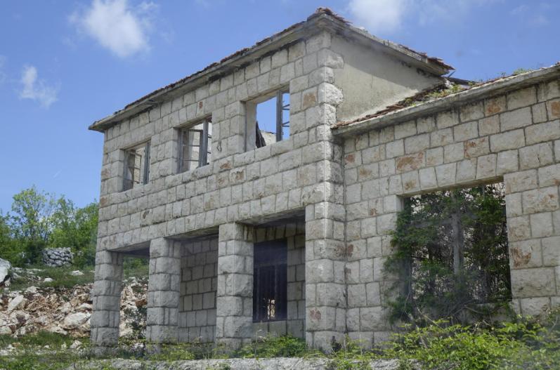 Atraktivne kamene ljepotice u Imotskoj krajini vape za obnovom i životom, no vremena je sve manje jer neke od njih predstavljaju veliku opasnost za građane