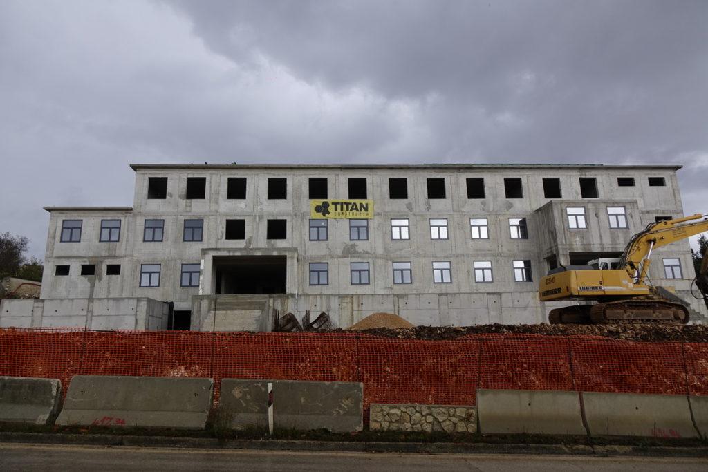 Na novoj zgradi policije postavljaju se prozori i vrata