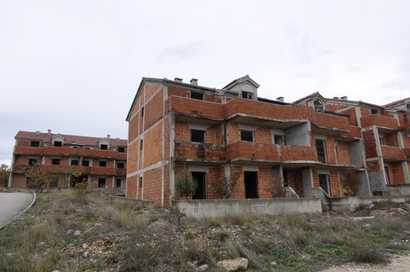 Još jedna priča iz Hrvatske koja obara s nogu: u Imotskom su prije 23 godine počeli graditi zgrade za branitelje. Potrošeno je 8 milijuna kuna, pogledajte kako naselje danas izgleda