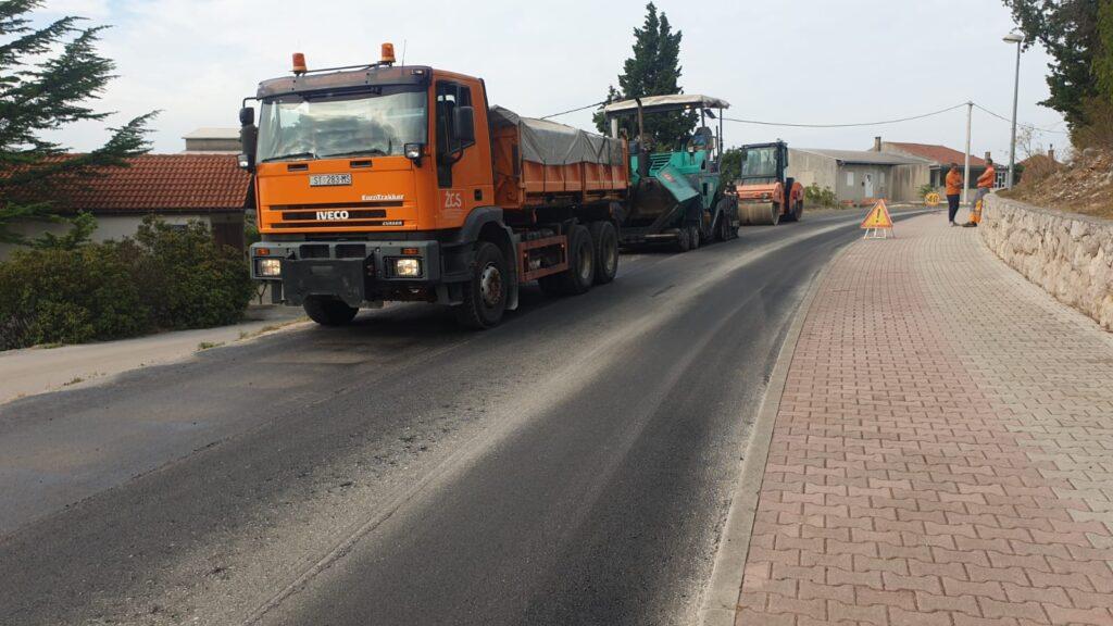 Novi asfalt od Modrog do Crvenog jezera