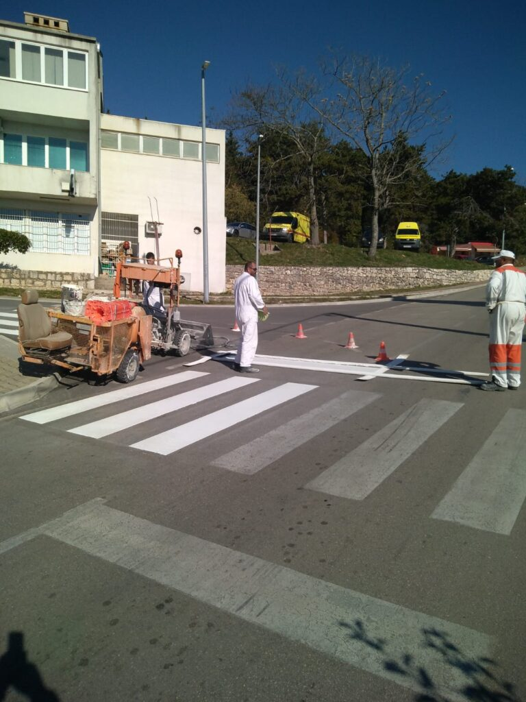 Vozači, oprez! Radovi na bojanju horizontalne prometne signalizacije