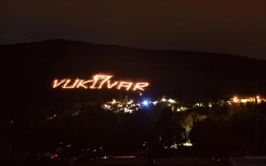 Cista Velika svake godine odaje počast Vukovaru, ali ovaj put je to bilo nešto osobito: vatrenim kuglama su ispisali ime grada, slovima od 100 metara!