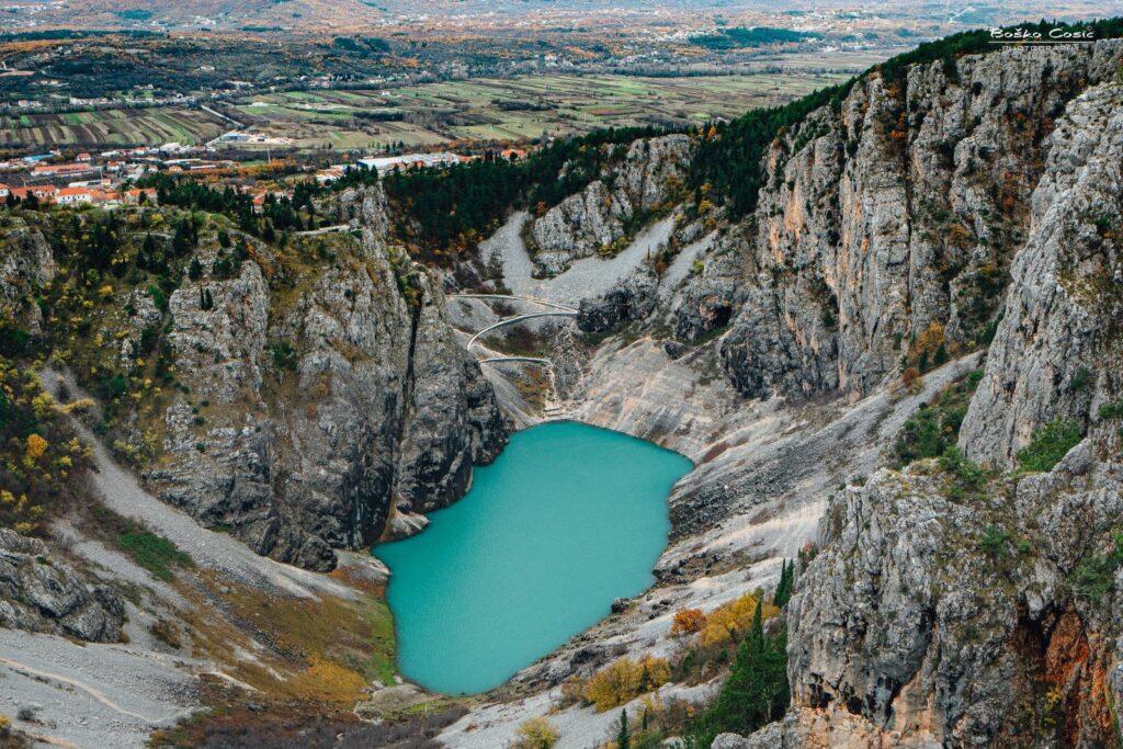 Kiše natopile Imotsku krajinu: nabujalo Modro jezero, živnuli i dosad nepoznati izvori s njegove južne strane, pogledajte kako voda osvaja krš