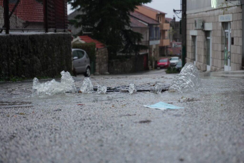 Izbila kanalizacija u središtu grada