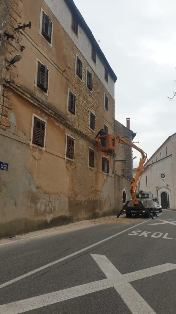 Komunalci u akciji saniranja starih fasada